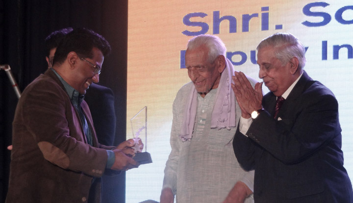 """Former Chief Justice MN Venkatachaliah awards CID- DIG Soumendhu Mukerjee with the IJM """"Champions of Justice"""" honor"""
