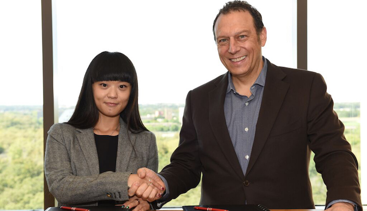 Feng Na, COO of Shijie99 with Sabre President and CEO Tom Klein at Sabre's global headquarters in Southlake, Texas, USA.